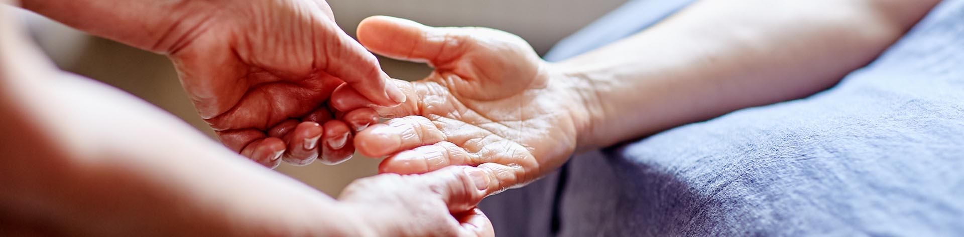 Massage av hand i Järvsö